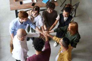 Team steht im Kreis und motiviert sich